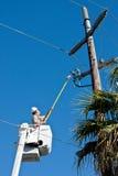 Ηλεκτρικός εργαζόμενος βοηθήματος Στοκ Φωτογραφίες