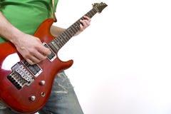 ηλεκτρικός κιθαρίστας κιθάρων κινηματογραφήσεων σε πρώτο πλάνο που παίζει sn Στοκ Εικόνα