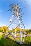 Ηλεκτρικός πύργος υψηλής τάσης ενάντια στο μπλε ουρανό Στοκ φωτογραφία με δικαίωμα ελεύθερης χρήσης