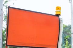Ηλεκτρικός φακός σειρήνων στο τοπ προειδοποιητικό σημάδι στοκ φωτογραφίες