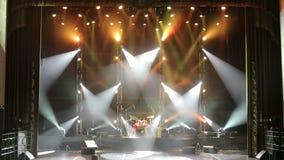 Ηλεκτρικός φακός συναυλίας σε ένα κενό θέατρο Ελεύθερο στάδιο με τα φω'τα απόθεμα βίντεο
