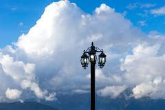 Ηλεκτρικός φανός ενάντια σε ένα τοπίο βουνών στοκ εικόνα με δικαίωμα ελεύθερης χρήσης