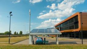 Ηλεκτρικό αυτοκίνητο που χρεώνει από τα ηλιακά πλαίσια, χρόνος-σφάλμα, στις 2 Ιουλίου 2016 σε Vilnius, Λιθουανία φιλμ μικρού μήκους