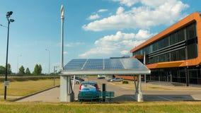 Ηλεκτρικό αυτοκίνητο που χρεώνει από τα ηλιακά πλαίσια, χρόνος-σφάλμα ζουμ, στις 2 Ιουλίου 2016 σε Vilnius, Λιθουανία απόθεμα βίντεο