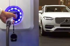 Ηλεκτρικό αυτοκίνητο που χρεώνει στο χώρο στάθμευσης με την ηλεκτρική χρέωση αυτοκινήτων Στοκ Φωτογραφίες