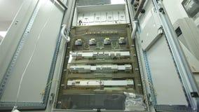 Ηλεκτρικό γραφείο μέσα, με τα καλώδια και τις συνδέσεις απόθεμα βίντεο