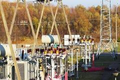 Ηλεκτρικό δίκτυο υψηλής τάσης υποσταθμών μετασχηματιστών Βιομηχανική ενέργεια Δομές μετάλλων στο ύπαιθρο Μονωτές και καλώδιο στοκ φωτογραφίες