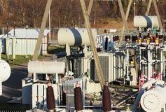 Ηλεκτρικό δίκτυο υψηλής τάσης υποσταθμών μετασχηματιστών Βιομηχανική ενέργεια Δομές μετάλλων στο ύπαιθρο Μονωτές και καλώδιο στοκ εικόνες