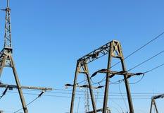 Ηλεκτρικό δίκτυο υψηλής τάσης υποσταθμών μετασχηματιστών Βιομηχανική ενέργεια Δομές μετάλλων στο ύπαιθρο Μονωτές και καλώδιο στοκ φωτογραφία