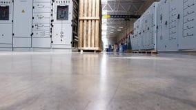 Ηλεκτρικό δωμάτιο μηχανισμών παρεμβολής των εγκαταστάσεων μεταλλείας, μέταλλο-ντυμένο ηλεκτρικό γραφείο, έλεγχος μηχανικών σκηνή  απόθεμα βίντεο