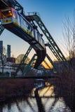 Ηλεκτρικό κρεμώντας τραίνο που κινείται πέρα από τον ποταμό wupper στοκ εικόνα