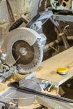 Ηλεκτρικό κυκλικό πριόνι δίσκων Πριονίζοντας μηχανή σε ένα λειτουργώντας εργαστήριο ξυλουργικής Στοκ φωτογραφία με δικαίωμα ελεύθερης χρήσης