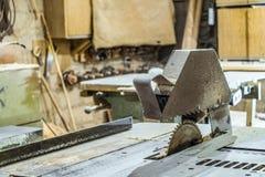 Ηλεκτρικό κυκλικό πριόνι δίσκων στο πλαίσιο στάσεων Πριονίζοντας μηχανή στο λειτουργώντας εργαστήριο ξυλουργικής Στοκ Φωτογραφίες