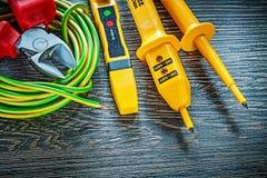 Ηλεκτρικό κυλημένο nippers καλώδιο ελεγκτών στον ξύλινο πίνακα Στοκ εικόνα με δικαίωμα ελεύθερης χρήσης