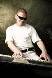 ηλεκτρικό παιχνίδι πιάνων α& Στοκ εικόνα με δικαίωμα ελεύθερης χρήσης