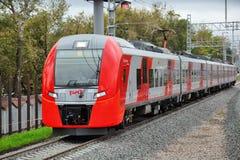 Ηλεκτρικό πολλαπλών ενοτήτων ES2G τραίνο Lastochka στον κεντρικό κύκλο MCC της Μόσχας γραμμή Στοκ Εικόνα