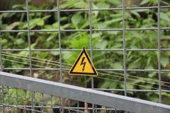 Ηλεκτρικό προειδοποιητικό σημάδι φρακτών στοκ εικόνες
