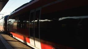 Ηλεκτρικό τραίνο που αναχωρεί από το σιδηροδρομικό σταθμό, καθημερινός γύρος κατόχων διαρκούς εισιτήριου στην εργασία απόθεμα βίντεο