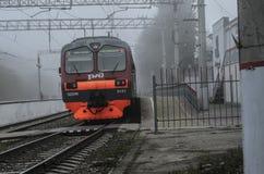 Ηλεκτρικό τραίνο σε έναν εγκαταλειμμένο, εγκαταλειμμένο σταθμό Στοκ Φωτογραφία