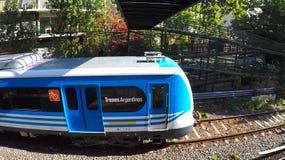 Ηλεκτρικό τραίνο του Μπουένος Άιρες που αφήνει το σταθμό στοκ εικόνα