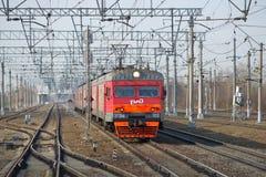 Ηλεκτρικό τραίνο ET2M-102 στη διαδρομή σιδηροδρόμων ηλιόλουστο ημερησίως άνοιξη Στοκ Εικόνα