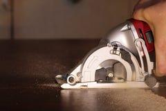Ηλεκτρικό χαρτόνι περικοπών τορνευτικών πριονιών Στοκ εικόνα με δικαίωμα ελεύθερης χρήσης