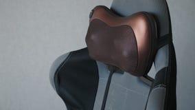 Ηλεκτρικό vibro μαξιλάρι μασάζ για το λαιμό στην πολυθρόνα απόθεμα βίντεο