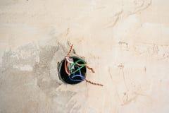 Ηλεκτρολογική εργασία ανακαίνισης για το παλαιό σπίτι που εγκαθιστά τη νέα δύναμη lin στοκ φωτογραφία με δικαίωμα ελεύθερης χρήσης