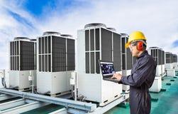 Ηλεκτρολόγος μηχανικός που χρησιμοποιεί το φορητό προσωπικό υπολογιστή για τον αέρα συντήρησης στοκ εικόνες