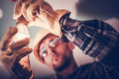 Ηλεκτρολόγος που καθορίζει το φως στοκ εικόνες