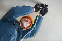 Ηλεκτρολόγος στην καλωδίωση της εργασίας Στοκ φωτογραφία με δικαίωμα ελεύθερης χρήσης