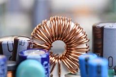 Ηλεκτρομαγνητική σπείρα, πηνίο στον πίνακα κυκλωμάτων στοκ εικόνα