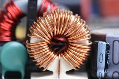 Ηλεκτρομαγνητική σπείρα, πηνίο στον πίνακα κυκλωμάτων στοκ εικόνες