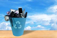Ηλεκτρονικά απόβλητα που σπάζουν ή ζημία στο ανακύκλωσης δοχείο στον ουρανό και το υπόβαθρο σύννεφων στοκ φωτογραφία με δικαίωμα ελεύθερης χρήσης