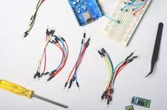Ηλεκτρονικά συστατικά για τη ρομποτική και τους μικροελεγκτές, DIY, εκπαίδευση ΜΊΣΧΩΝ στοκ εικόνες