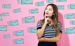 Ηλεκτρονικά ταχυδρομεία με τη νέα γυναίκα Στοκ εικόνα με δικαίωμα ελεύθερης χρήσης
