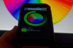 Ηλεκτρονικές παλέτες χρώματος μεταξύ ενός smartphone και ενός lap-top στοκ φωτογραφίες