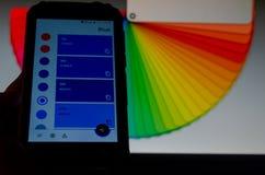Ηλεκτρονικές παλέτες χρώματος μεταξύ ενός smartphone και ενός lap-top στοκ φωτογραφία