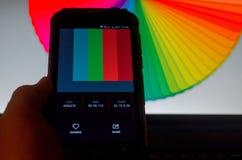 Ηλεκτρονικές παλέτες χρώματος μεταξύ ενός smartphone και ενός lap-top στοκ εικόνα με δικαίωμα ελεύθερης χρήσης