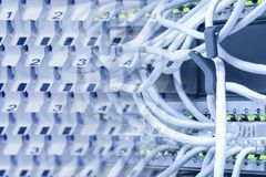 Ηλεκτρονικές συσκευές επικοινωνιών: διακόπτες, δρομολογητές, συνδέοντας καλώδια και συνδετήρες, επιτροπές μπαλωμάτων στοκ φωτογραφία