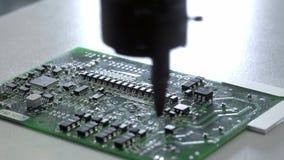 Ηλεκτρονική παραγωγή πινάκων κυκλωμάτων Η αυτοματοποιημένη μηχανή πινάκων κυκλωμάτων παράγει τον τυπωμένο ψηφιακό ηλεκτρονικό πίν φιλμ μικρού μήκους