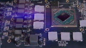 Ηλεκτρονικός πίνακας PC με τα ηλεκτρικά συστατικά Μικροτσίπ, τσιπ και ηλεκτρονική του εξοπλισμού υπολογιστών Μητρική κάρτα απόθεμα βίντεο