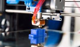 Ηλεκτρονικός τρισδιάστατος πλαστικός εκτυπωτής κατά τη διάρκεια της εργασίας, τρισδιάστατος, εκτύπωση Στοκ φωτογραφίες με δικαίωμα ελεύθερης χρήσης