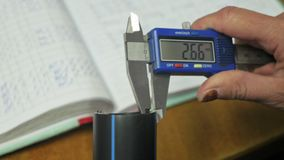 Ηλεκτρονικός ψηφιακός παχυμετρικός διαβήτης Κατασκευή του πλαστικού εργοστασίου υδροσωλήνων Διαδικασία τους πλαστικούς σωλήνες στ απόθεμα βίντεο
