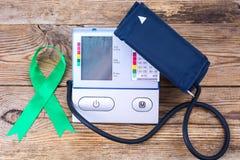 Ηλεκτρονικός tonometer-έλεγχος πίεσης, ημέρα παγκόσμιας υγείας Στοκ εικόνες με δικαίωμα ελεύθερης χρήσης