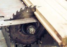 Ηλεκτρονικό επιτραπέζιο πριόνι μηχανών ξυλουργικής, αιχμηρό να κόψει την ασημένια, αναδρομική έννοια χάλυβα μετάλλων στοκ φωτογραφία