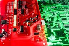 ηλεκτρονικό πράσινο κόκκινο χαρτονιών Στοκ φωτογραφία με δικαίωμα ελεύθερης χρήσης