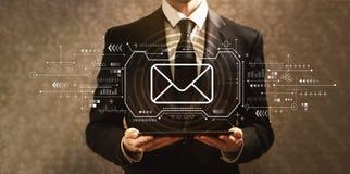 Ηλεκτρονικό ταχυδρομείο με τον επιχειρηματία ελεύθερη απεικόνιση δικαιώματος
