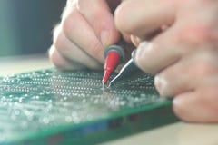 Ηλεκτρονικό τμήμα δοκιμής μηχανικών στον πίνακα κυκλωμάτων Στοκ Φωτογραφίες