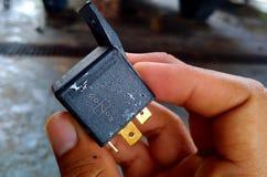 ηλεκτρονόμος που παρουσιάζει το διάγραμμα υπό εξέταση στοκ φωτογραφία με δικαίωμα ελεύθερης χρήσης